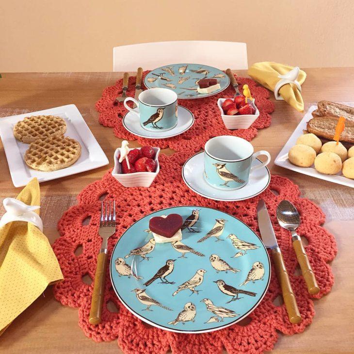 pratos com passarinhos desenhados