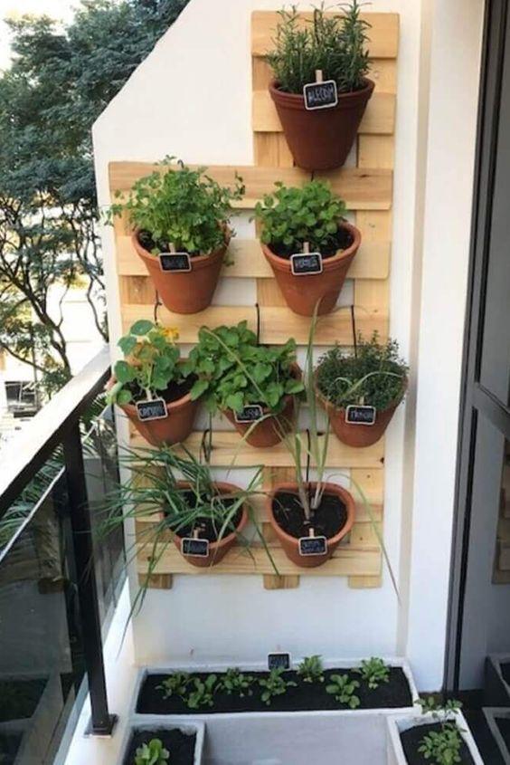 horta vertical feita com vasos de barro