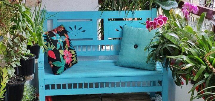 varanda decorada com sofá de madeira pintada na cor azul piscina