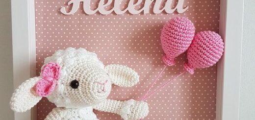Porta maternidade com carneirinho segurando balões cor de rosa e o nome de bebê Helena escrito logo acima
