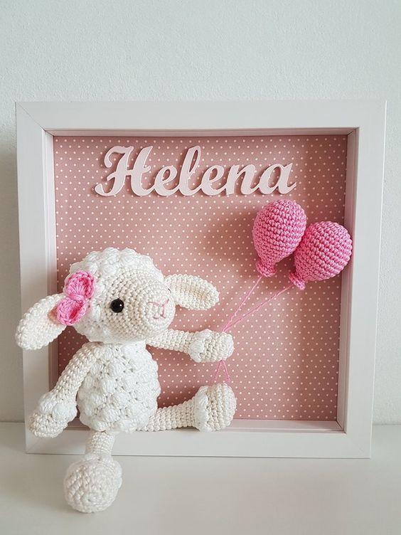 Porta maternidade com carneirinho segurando balões cor de rosa e logo acima o nome do bebê Helena