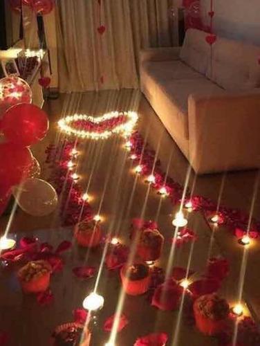 Sala decorada com corações, velas e caminho com rosas