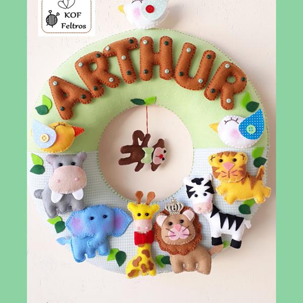 porta maternidade com tema safari e o nome de arthur