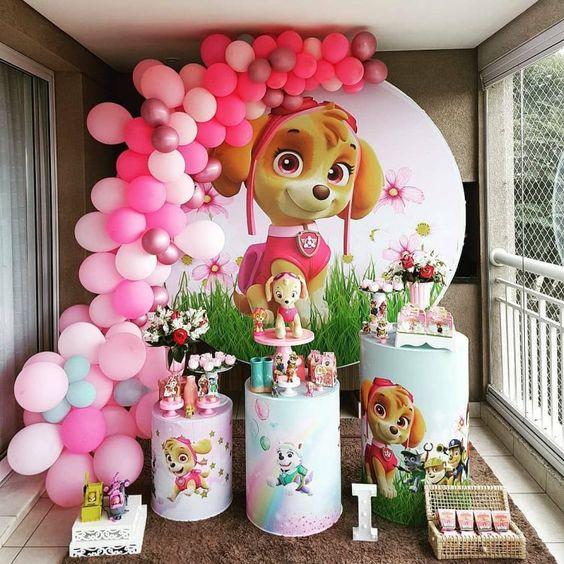 Festa patrulha canina na cor rosa com balões e cilindros