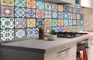 backsplash da cozinha revestido com ladrilhos colorido