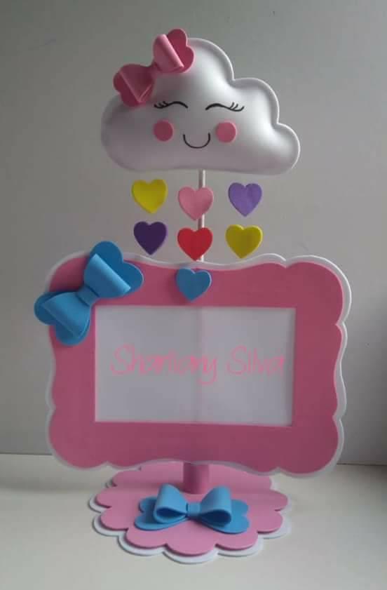 porta retrato decorado com eva rosa e uma nuvem de amor presa com coraçõezinhos coloridos todos em eva