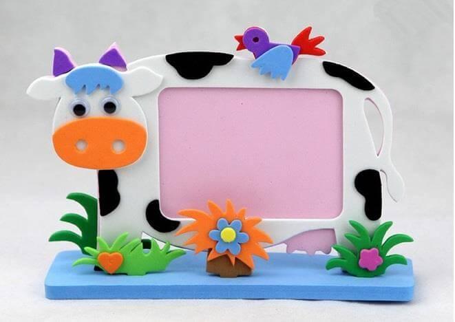 porta retrato todo em eva imitando uma vaquinha no campo com flores e passarinho