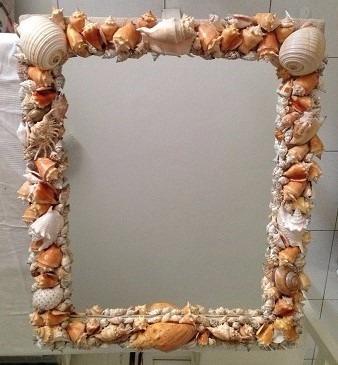 Porta retrato com bordas finas decorados com conchinhas do mar muito pequenas