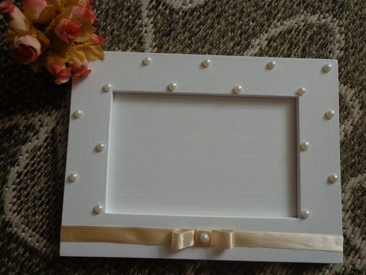 porta retrato quadrado imitando um envelope com algumas perolas coladas de forma salteada e com fita mimosa colada na parte de baixo com lacinho no centro